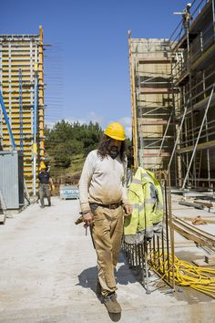 Aktuell sind rund um die Uhr ca. 350 Arbeiter und Angestellte im Dreischichtbetrieb auf der Baustelle beschäftigt