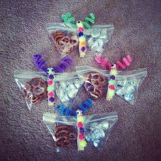 Butterfly treat bags. Made with snack ziplock bags, clothes pins, pipe cleaners and pom poms. Fill bags with two snacks and stick decorated clothespin in middle. :) Cute to take to school for a child's birthday!