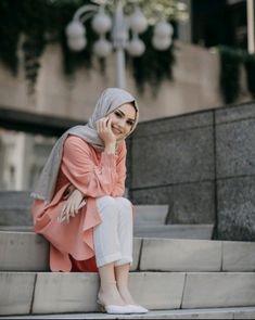 Image may contain: 1 person, standing, outdoor and closeup Islamic Fashion, Muslim Fashion, Modest Fashion, Girl Fashion, Fashion Outfits, Casual Hijab Outfit, Hijab Chic, Hijabi Girl, Girl Hijab
