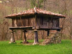 Hórreo: typical granary in northwest Spain Vernacular Architecture, Architecture Old, Grain Store, Bamboo House Design, Asturias Spain, Paraiso Natural, House On Stilts, Building Art, Shipping Container Homes