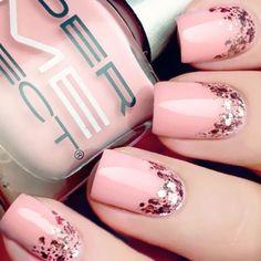 13. szuper tavaszi manikűr<br>A rózsaszín alap fényes díszítéssel - gyönyörű