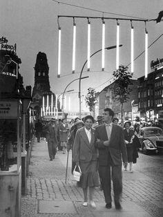Night falls on Kurfürstendamm boulevard, in the early West-Berlin East Germany, Berlin Germany, Berlin Berlin, Old Photos, Vintage Photos, Berlin Hauptstadt, German Reunification, The Second City, Berlin Wall