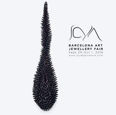 Parte de mi investigación se ha basado en buscar publicaciones, sitios web, páginas y grupos en Facebook, galerías y por supuesto eventos relacionados con la Joyería Contemporánea.  Así descubrí la edición del 2016 de Joya Barcelona Art Jewellry Fair  y del OFF Joya Barcelona, en Cataluña - España.    Sigue leyendo en: