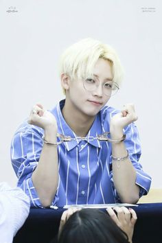 - Jeonghan - now this is how you rock a fan sign. I hate that stupid childish crap these teenage girls make these guys wear. Woozi, Wonwoo, Seungkwan, Hip Hop, Jooheon, 17 Kpop, Vernon Chwe, Rap, Choi Hansol