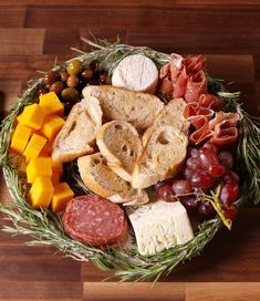 45 Delicious Christmas Appetizers To Serve At Your Holiday Party Christmas Appetizers Antipasto Wreath Antipasto, Holiday Party Appetizers, Thanksgiving Appetizers, Appetizers For Christmas, Queso Brie, Christmas Dinner Menu, Potluck Dishes, Appetizer Recipes, Dinner Recipes