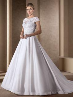 Vestido de noiva rodado com decote bateau.
