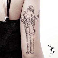 Engraving/surrealist style octopus head man on the right tricep. Artista Tatuador: Loïc LeBeuf