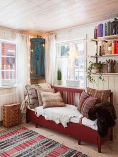 A Charming Swedish Home - Swedish Decor Swedish Cottage, Swedish Decor, Swedish House, Cottage Style, Cottage Chic, Home Interior, Interior Design, Design Design, Swedish Interiors