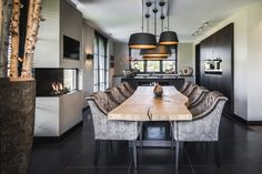 Choose from the largest collection of Dining Room Design & Decorating Ideas to add style at Dining Room. Discover best Dining Room interior inspiration photos for remodel & renovate, here. Kitchen Interior, Home Interior Design, Interior Styling, Interior Decorating, Dining Room Table Decor, Dining Room Design, Dining Room Furniture, Espace Design, Esstisch Design