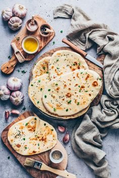Making vegan naan out of the pan yourself is easy - the Indian flatbread is fluffy soft & perfect as a side dish with curry or as pita bread / wraps recipes easy Vegan Naan, Vegan Bread, Healthy Vegetarian Breakfast, Vegetarian Recipes, Vegan Vegetarian, Healthy Food, Pan Rapido, Pain Pita, Quick And Easy Soup
