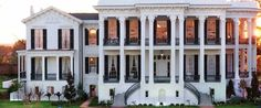 southern plantation homes are beautiful.