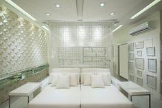 """Sala íntima dos 50 tons de branco A designer e decoradora de ambientes Laura Gransotto se inspirou no clima sensual da intimidade de um casal para projetar seu ambiente de estreia na CASA COR SC, a Sala Íntima """"dos 50 tons de branco"""", de 50 m², localizado na sede da mostra em Florianópolis. Veja toda a matéria aqui: www.mundodascasas.com.br/post/sala-intima-dos-50-tons-de-branco-956/"""