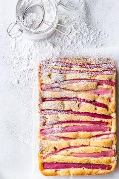 Rhubarb cake - rabarberkage med mandelmel (Recipe in Danish) Sweet Recipes, Cake Recipes, Delicious Desserts, Yummy Food, Rhubarb Cake, Scandinavian Food, Danish Food, Food Crush, Cupcakes