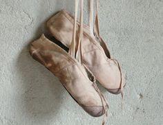 Linnen kinderspitzen / Old children's pointe ballet shoes