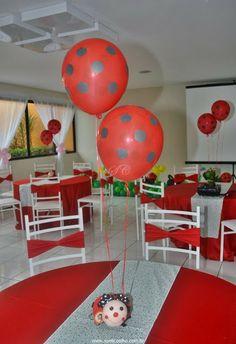 Festa Infantil - Joaninhas no Jardim, mesa dos convidados com joaninha em feltro como decoração e lembrancinha. http://www.suelicoelho.com.br/2012/03/festa-infantil-joaninhas-no-jardim-da.html