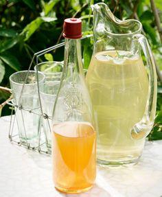 Paras raparperimehu syntyy vain raparperista, sitruunasta, sokerista ja vedestä. Katso Kotilieden resepti, jolla onnistut. Alcoholic Drinks, Wine, Glass, Food, Drinkware, Alcoholic Beverages, Corning Glass, Eten, Meals