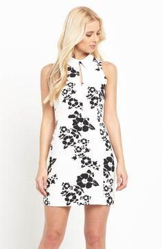 Prosta sukienka marki V by Very. Pod szyją kołnierzyk, z tyłu modne wycięcie i zamek. 299 zł na http://www.halens.pl/moda-damska-rozmiary-specjalne-na-gore-5828/sukienka-576668?imageId=398857&variantId=576668-3751