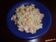 KRABÍ SALÁT Z TYČINEK SURIMI  Krabí tyčinky (surimi), salátová okurka, kukuřice Bonduel, vařená vejce, sůl, pepř, tatarská omáčka příp. majonéza. Tyčinky, okurku a vejce nakrájet na malé kostečky, přidat kukuřici, tatarskou omáčku (příp. majonézu), osolit, opepřit.