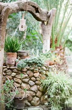 Stone Dry Well with Driftwood by San Miguel de Allende Wishing Well Garden, Aluminum Can Crafts, Farm Projects, Australian Garden, Front Yard Landscaping, Landscaping Ideas, Garden Architecture, Garden Fountains, Rustic Gardens