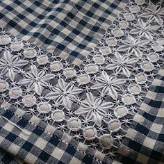 刺繍はだいぶ前に終わっていたのですが、ヘムかがりに時間が…… ちゃんと完成するのは当分先 #スイス刺繍 #刺繍 #broderieswisse #embroidery #チキンスクラッチ