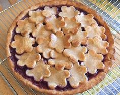 One of our favorite pies in last month& great Best Pie Bakeoff was Deb& Cherry Berry Pie, and this was partly because of her creative use of pie dough cut-outs to create a top crust Pie Dessert, Dessert Recipes, Cake Recipes, Just Desserts, Delicious Desserts, Beautiful Pie Crusts, Pie Crust Designs, Butter Crust, How To Make Pie