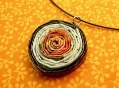 How to Make Paper Beads and Jewelry Tutorials - The Beading Gem's Journal - The coiled paper pendant by Diane Gilleland on Craftstylish is clever because you can either build a multi coiled design or add internal coils for different looks. Make Paper Beads, How To Make Paper, How To Make Beads, Paper Jewelry, Jewelry Crafts, Beaded Jewelry, Recycled Magazines, Old Magazines, Recycled Jewelry