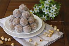 http://blog.giallozafferano.it/unoduetresimangia/palline-al-cocco/  Le palline al cocco sono deliziose palline a base di farina di cocco, biscotti e crema alle nocciole che racchiudono al loro interno una nocciola intera!