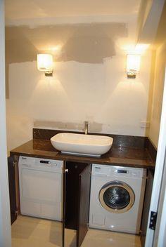 Un'opzione interessante - mettendo lavatrici sotto il lavandino, che farà risparmiare spazio nella stanza.