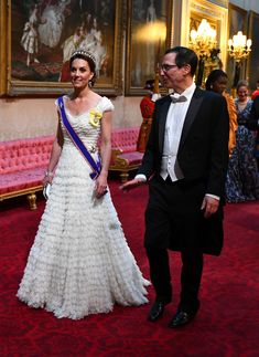 The Duchess of Cambridge, Kate Middleton, wore a white Alexander McQueen dress by Sarah Burton for the State Banquet Dinner at Buckingham Palace to mark President Donald Trump's state visit to the UK. Sarah Burton, Alexander Mcqueen Kleider, Style Kate Middleton, Kate Middleton Photos, Middleton Wedding, Estilo Real, Donald Trump, Princesa Diana, Ruffles