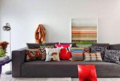 sofá cinza e almofadas coloridas - The Blue Post