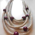 Collana color Perla e Viola ef Jewelry Knots, Jewelry Crafts, Jewelry Art, Beaded Jewelry, Handmade Jewelry, Knitted Necklace, Diy Necklace, Necklaces, Textile Jewelry