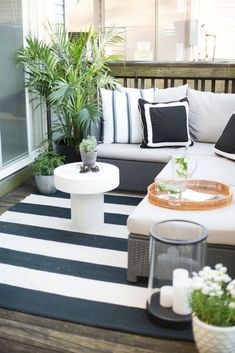 The Everygirl Co-founder Danielle Moss' Chicago Apartment Tour - Home Decor Apartment Balcony Garden, Apartment Balcony Decorating, Apartment Balconies, Cozy Apartment, Apartment Plants, Balcony Plants, Scandinavian Apartment, Patio Plants, Apartment Patios