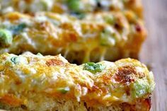 O Lanche de queijo no forno é uma opção rápida para seu lanche da tarde, sem contar que possui um sabor maravilhoso com um tempero suave.