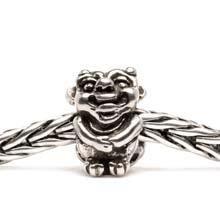 Deze kleine fee-trol komt uit de bossen van Scandinavië. Net zoals alle feeën heeft zij vleugels op haar rug.