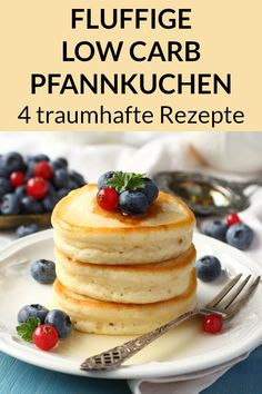 Low Carb Pfannkuchen – Ideen mit Kokosmehl und Mandelmehl These low carb pancake recipes are healthy and perfect for losing weight. The preparation is partly with almond flour and partly with coconut flour. Low Carb Desserts, Healthy Dessert Recipes, Keto Snacks, Easy Desserts, Low Carb Recipes, Pancake Recipes, Flour Recipes, Dessert Simple, Coconut Flour