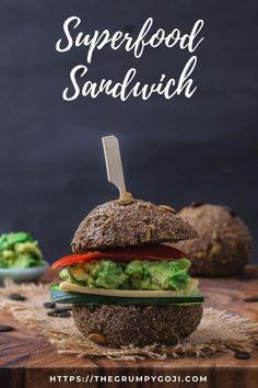 Brötchen selbst backen? Manchmal gibt es einfach nichts besseres auf der ganzen Welt, als den Geruch von backendem Brot oder Brötchen im Backofen und die Vorfreude, gleich ein Stückchen von diesem fluffig frischen, fast noch zu warmen Brot in der Hand zu halten. Eigentlich reicht ein wenig vegane Butter mit etwas Salz darauf schon aus. Manchmal darf aber auch gern etwas mehr drauf sein. Dann machen wir einen leckeren kleinen Burger daraus oder ein Sandwich mit schneller Guacamole. Superfood, Tofu, Avocado, Sandwiches, Salmon Burgers, Guacamole, Hamburger, Ethnic Recipes, Vegan Butter