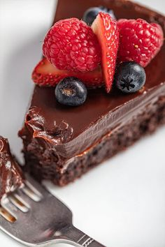 Flourless Chocolate Cake is rich, dense, fudgy, and incredibly easy to make. It is a classic chocolate cake recipe that just so happens to be gluten-free. Flourless Cake, Flourless Chocolate, Chocolate Chocolate, Flowerless Chocolate Cake, Classic Chocolate Cake Recipe, Chocolate Bread Pudding, Pudding Cake, Cake Recipes, Dessert Recipes