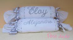 Dos rulos bordados  para los que he usado una tela de algodón con un estampado de estrellitas en gris, combinada con un piqué blanco, un pasacintas y unos lazos en gris.
