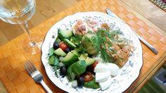 Midsommarlunch med stekt lax, kokta ägghalvor, räkor med rom, kokt färskpotatis, dillmajonnäs, avocado, svarta oliver, sallad, syltlök, tomater, späd spenat samt mozarella.