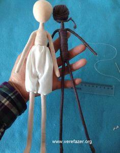 Neste artigo ou mostrar como fazer bonequinhas de forma fácil e rápida Aprenda como fazer estas lindas bonequinhas para completar sua c... Barbie Clothes Patterns, Doll Patterns, Doll Crafts, Diy Doll, Worry Dolls, Plush Pattern, Doll Tutorial, Lol Dolls, Doll Maker