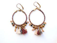 Paire de créoles en coton vieux rose, lurex, perles de verre et pompons de la boutique precieusesridicules sur Etsy