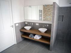Badezimmer Design Ideen offenen Regal unterhalb der Arbeitsplatte / / das Badezimmer überwiegend mit Steinplatten bedeckt aber ist mit dem Holz Theke und Regal, das es ein modernes und einladendes aussehen aufgewärmt.