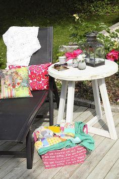 Vi nyter deilige, varme sommerdager ute på terrassen:-) Vel, deilig og deilig. Det er jo ikke lov til å klage, men jeg gjør det like...