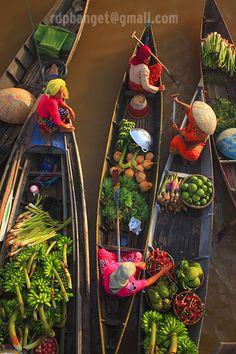 Floating market at South Kalimantan/Borneo  •  By: Rarindra Prakarsa