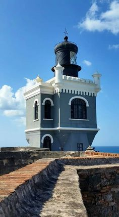 Lighthouse atop Fort of San Felipe del Morro, San Juan, Puerto Rico. Lighthouse Lighting, Lighthouse Pictures, D House, Beacon Of Light, Am Meer, Architecture, Beautiful Places, Scenery, Places To Visit