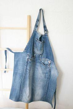 Farbdoktor Jeansschürze  Diese Schürze habe ich aus einer alten Jeans genäht. Viele Teile braucht man gar nicht nähen, sondern kann sie einfach direkt von der Jeans abschneiden. Die Schürze ist durch den Jeansstoff sehr robust und eignet sich sowohl für Küche, Garten und Werkstatt.