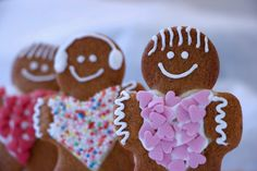 Ampelmann cookies are gingerbread men, cute and very delicious. Decorate with royal icing and (a lot of) sprinkles. Gingerbread Man, Gingerbread Cookies, Tapas, Jim Lahey, Mulligatawny, Royal Icing Decorations, English Food, Challah, Eclairs
