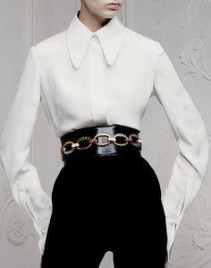 Une chemise blanche femme - classique moderne