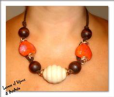 29062(51) - Collana realizzata con perle di ceramica panna e arancio, legno e fettuccia di nabuk marrone. Fatto a mano, handmade in italy