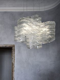 Fused Glass hanging fixture, only avail in Europe I think. Plisse Cloud by Galante Maurizio - Lasvit Cool Lighting, Chandelier Lighting, Lighting Design, Lighting Ideas, Chandeliers, Glass Installation, Glass Collection, Light Fittings, Ceiling Design